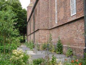 Grafstenen in kerktuin Oude Kerk Soest