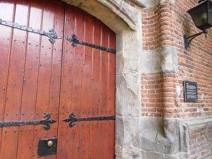 Krassen in de steen bij kerkdeur Oude Kerk